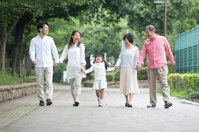 3世帯の家族が幸せそうに歩く様子